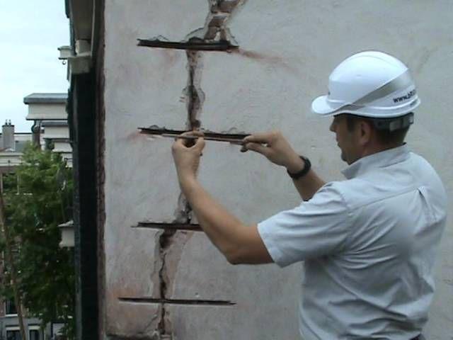 Чрезмерно большие и глубокие трещины придется дополнительно скрепить металлическими сяжками