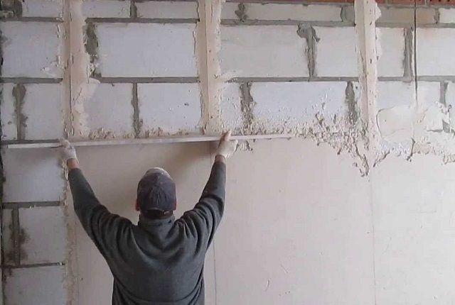 Установленные маяки помогут вывести требуемую ровность поверхности стены
