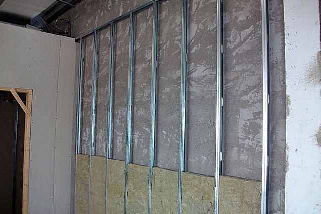 Каркасное крепление гипсокартона позволяет создать идеально ровные поверхности, но, правда, за счет потери площади помещения.