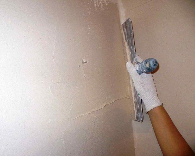 Основной инструмент при шпатлевании стен – это широкий шпатель сидеально ровной рабочей плоскостью.