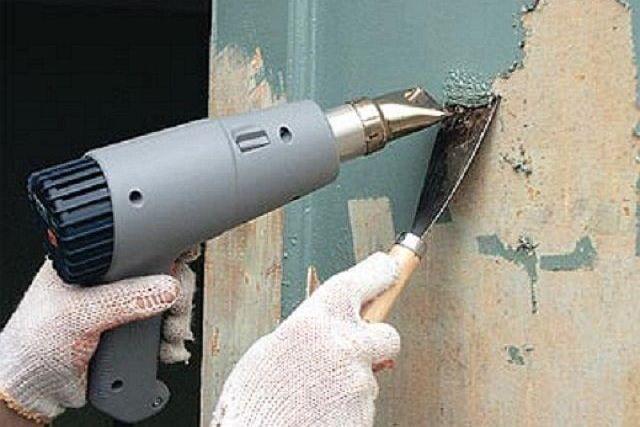 Краску можно снять скребком, предварительно размягчив ее потоком горячего воздуха
