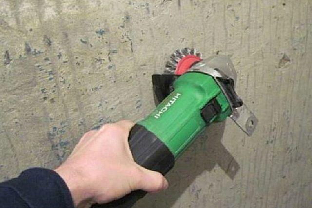 Компактная «болгарка» с установленной жёсткой металлической щеткой