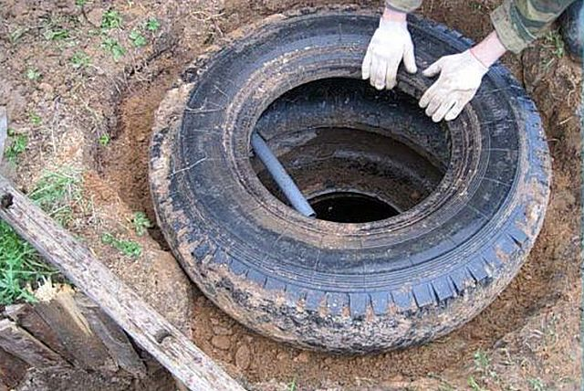 Очень популярная схема среди владельцев дачных участков – сливная яма из старых автопокрышек