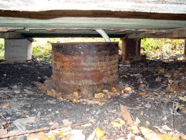 Расположение дренажной ямы непосредственно под баней – не самый удобный вариант, так как он резко ограничивает возможность ревизии и обслуживания системы слива