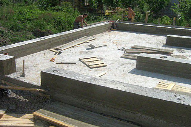 Плитный фундамент, усиленный выступающими вверх бетонными ребрами жёсткости-ростверками, которые становятся основой для кладки несущих стен дома