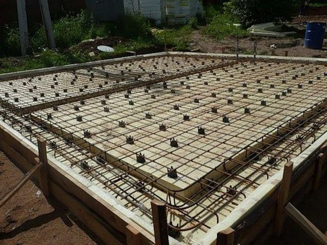 После заливки бетоном оставленные «каналы» с уложенным в них дополнительным арматурным каркасам превратятся в ребра жёсткости, во многом схожие с ленточным фундаментом