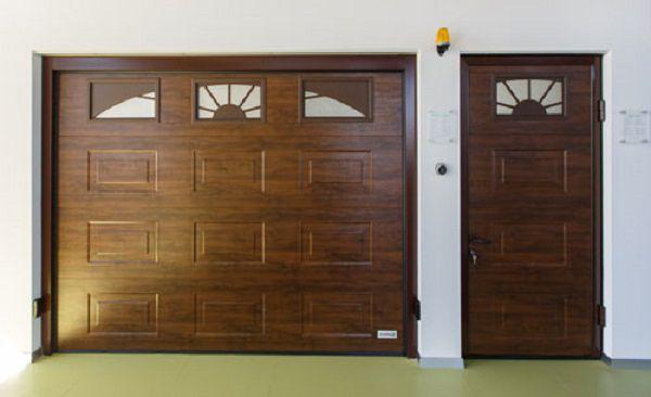 """Воротное полотно и дополнительная дверь оснащены окнами. Для декорирования применены вставки """"рассвет"""""""