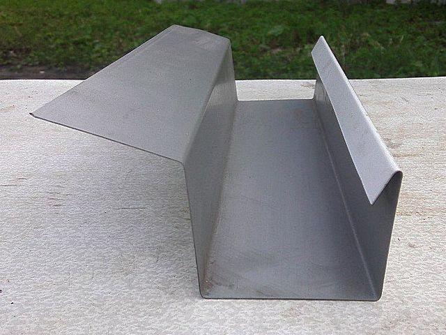 Не исключено, что кого-нибудь больше привлечет водосточный лоток вот такой, прямолинейной конструкции – его изготовить даже проще, чем «классический» полукруглый