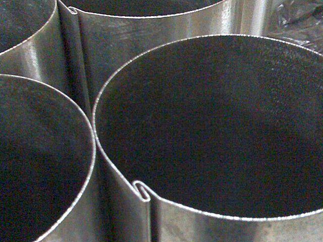 Принцип изготовления водосточных труб из стального оцинкованного листа несложен – на иллюстрации хорошо показано «замковое» соединение сторон
