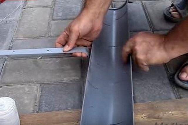 Нередко для изготовления водосточной системы используют пластиковые канализационные трубы