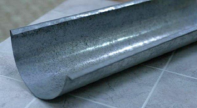 Самый, наверное, распространенный вариант – это водосточные системы из оцинкованной стали