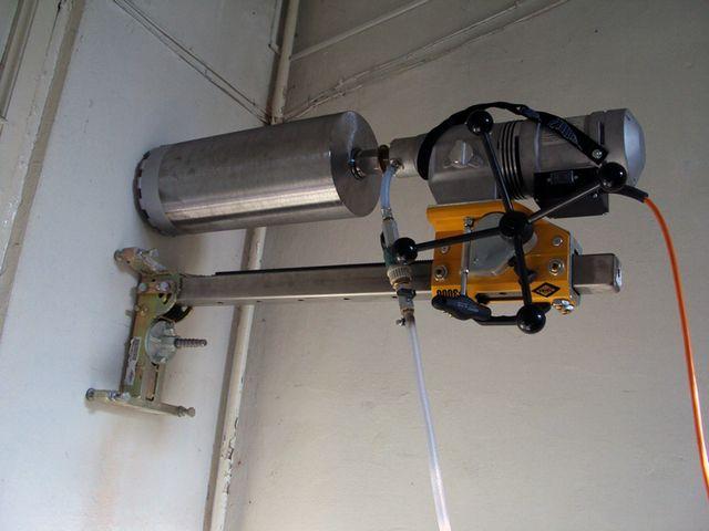 Специальная установка с алмазной коронкой, способная прорезать ровные цилиндрические каналы нужного диаметра даже в бетонных стенах