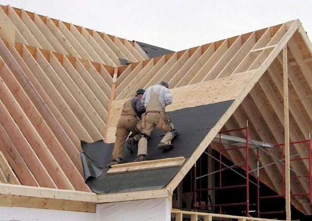 При работе на высоте, а тем более – на крутых ската крыши, требуется максимальная аккуратность и внимательность, соблюдение всех требований обеспечения безопасности