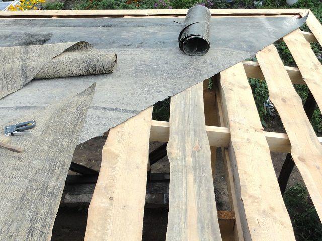 Для хозяйственных построек часто обходятся разреженной дощатой обрешеткой под рубероид