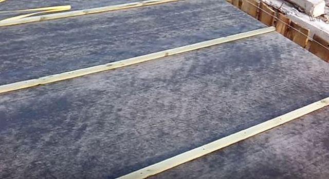 Деревянные рейки, плотно прижимающие линии нахлеста полос рубероида к обрешетке