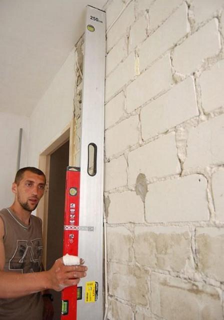 Определение неровности стен с помощью длинного правила и строительного уровня