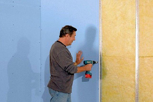 Выравнивание стен гипсокартоном с помощью каркасной конструкции позволяет параллельно решить вопрос их утепления и шумоизоляции