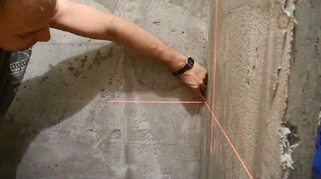 Удобнее всего проводить ревизию неровностей стен с помощью лазерного построителя плоскостей