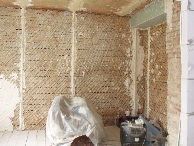 Подготовка коштукатуриванию деревянных стен имеет свои отличительные особенности