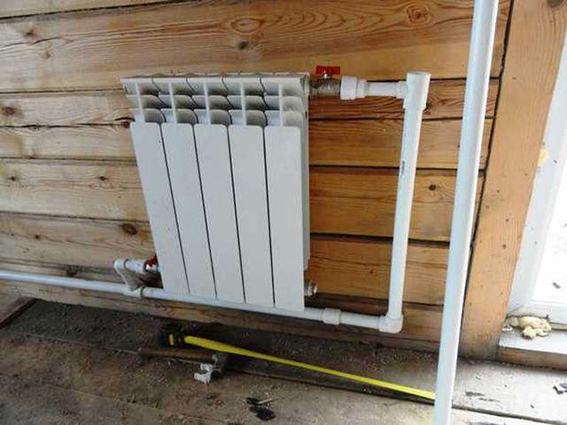 Радиатор возле входной двери частично может заменить конвектор