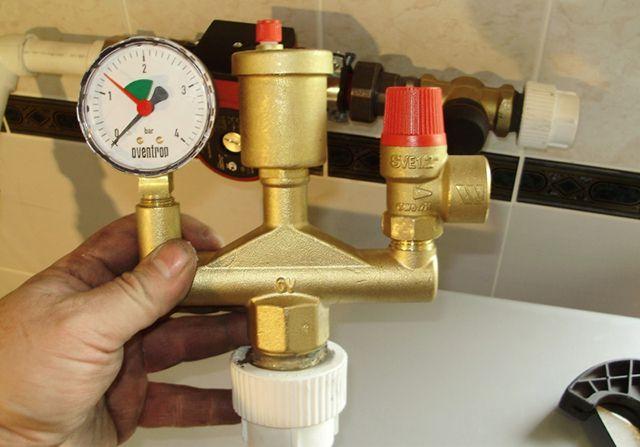 Аварийный клапан группы безопасности - обязательный элемент в любой системе отопления. В напольных котлах он устанавливается в группе безопасности (на фото первый справа), а в настенных он скрыт внутри корпуса