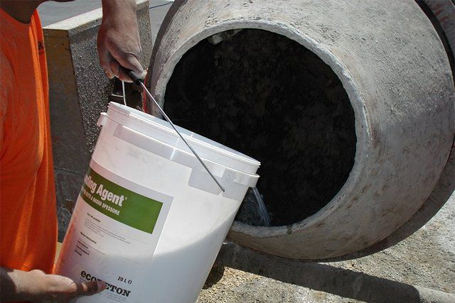 Вода должна быть чистой, и подается она в бетономешалку, также, как и все остальные компоненты, строго дозировано