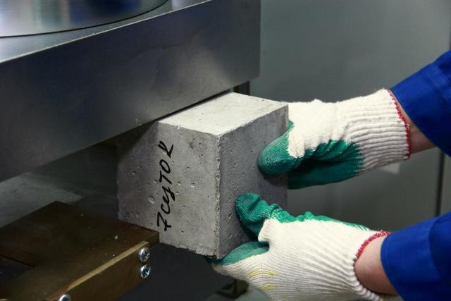Марка бетона говорит о его способности противостоять нагрузкам на сжатие, выраженным в кгс/см²