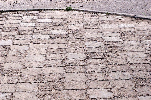 Для бетонной плитки, используемой для мощения двора или укладки в качестве отмостков, показатель морозостойкости действительно имеет определяющее значение