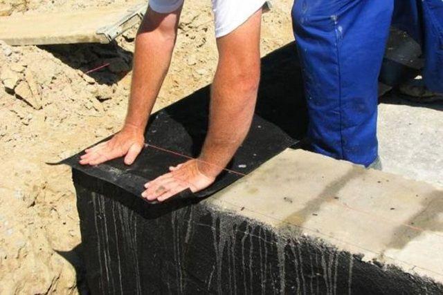 Обязательное условие – надежная гидроизоляцияповерхности фундаментной ленты перед началом кладки кирпичного цоколя