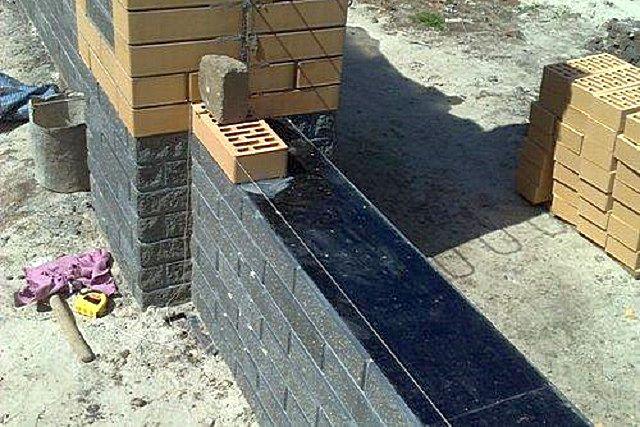 Пример выполнения горизонтальной гидроизоляции по цоколю перед постройкой стены.