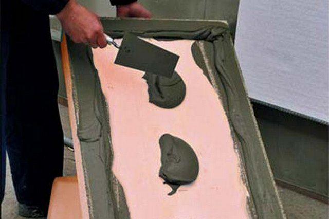 Нанесение клеевого состава на тыльную сторону утеплительных плит