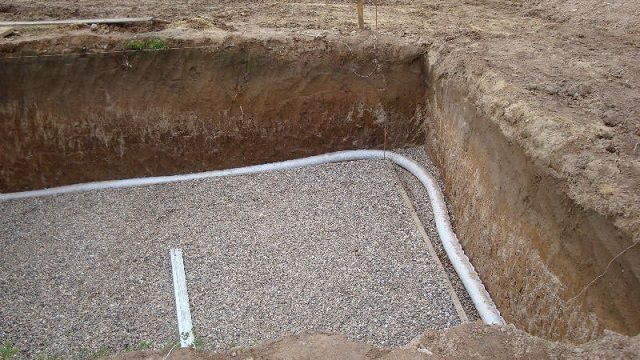 Самый продуманный вариант – дренажная система закладывается еще на ранних стадиях строительства фундамента дома