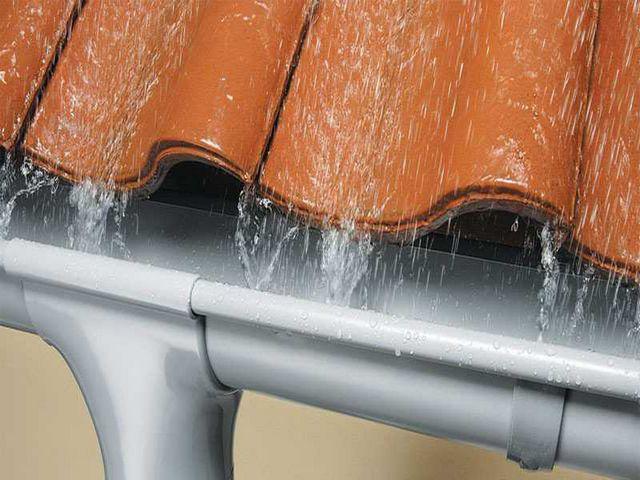Даже если не создается полноценная ливневая канализация, одна из ее основных составляющих – водосточная системакрыши, должна оборудоваться на любых постройках