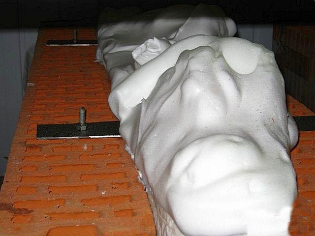 Пеноизол – как плотная мыльная пена: требует определенного давления для заполнения пустот (текучесть все же намного меньше, чем у той же воды), и после выхода из рукава уже практически не дает объёмного расширения.