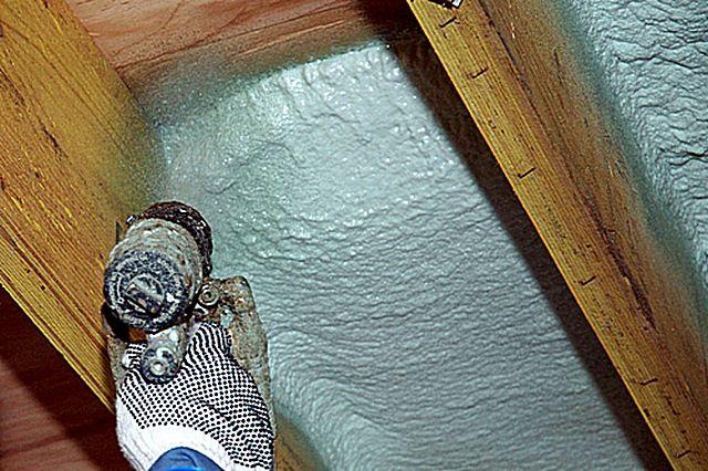 Смешение компонентов производится прямо перед соплом распылительного пистолета, а основная реакция синтеза полимера с обильным пенообразованием и значительным увеличением в объеме происходит уже на утепляемой поверхности