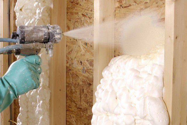 Нанесенный состав быстро наполняется газом, вспенивается, расширяется, застывает, образуя на утепляемой конструкции довольно прочный и очень эффективный слой термоизоляции.