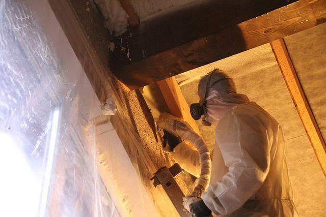 Термоизоляционная пена позволяет надежно перекрыть «мосты холода» в самых труднодоступных местах