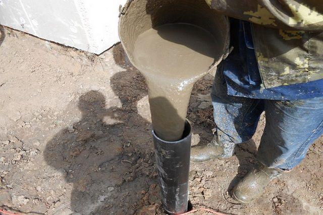 Обязательно проследите, чтобы полость свай была заполнена бетонным раствором по самый оголовок.