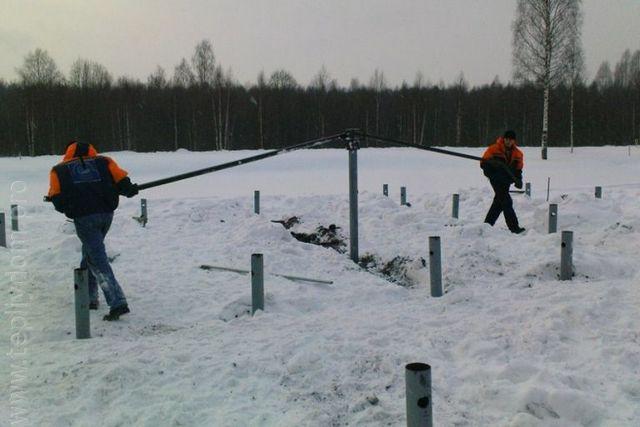 Браться за бетонирование ленточного или плитного фундамента зимой – занятие довольно рискованное. А вот для основания на винтовых сваях подобных ограничений не существует