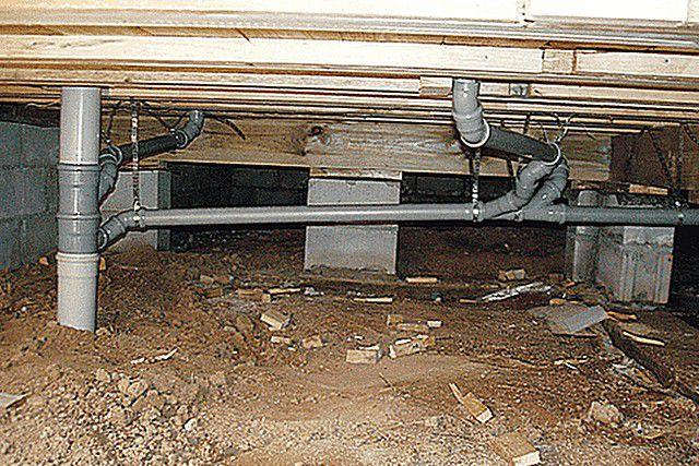 Характерная особенность дома на сваях – наличие просвета между грунтом и перекрытием первого этажа, где обычно прокладываются инженерные коммуникации