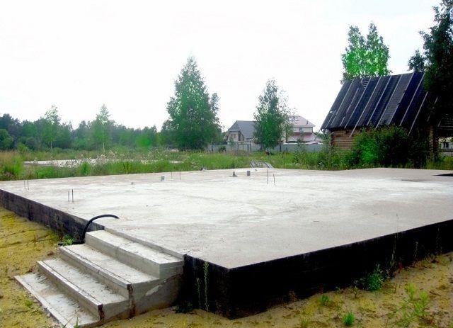 Монолитная плита – этот тип фундамента можно отнести к универсальным, но его рентабельность – под большим вопросом