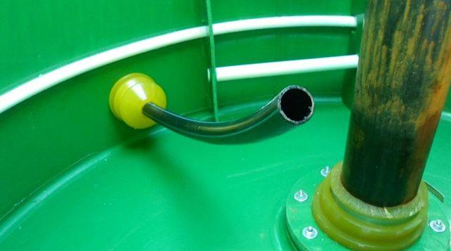 Вход труб ПНД в пластиковый кессон через манжету