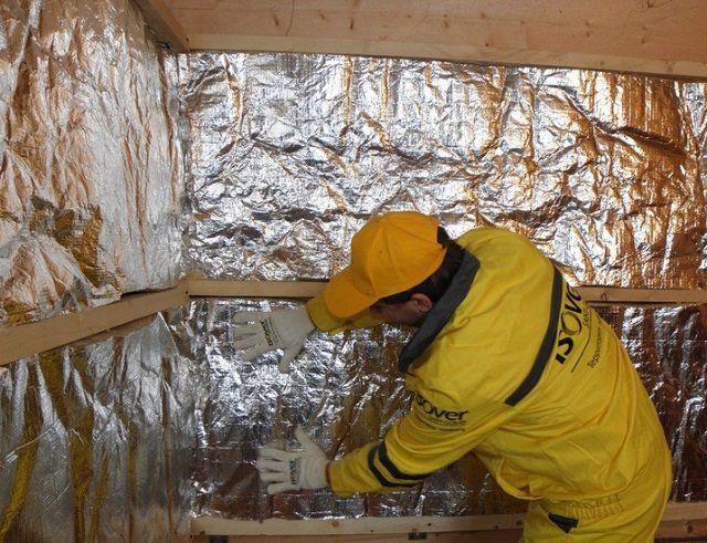 Процесс утепления стены бани – фольга должна смотреть в помещение