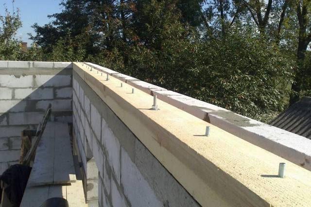 Если ранее в стену были вмурованы шпильки, то установить мауэрлат – не составит никакого труда.