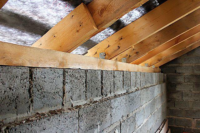 Нагрузка от стропильных ног не передается напрямую на блочную стену – благодаря наличию мауэрлата она равномерно распределяется по большой площади на всем протяжении стены