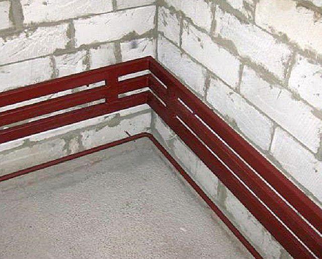 Аккуратный трехтрубный регистр смонтирован по всей длине стен, выходящих на улицу