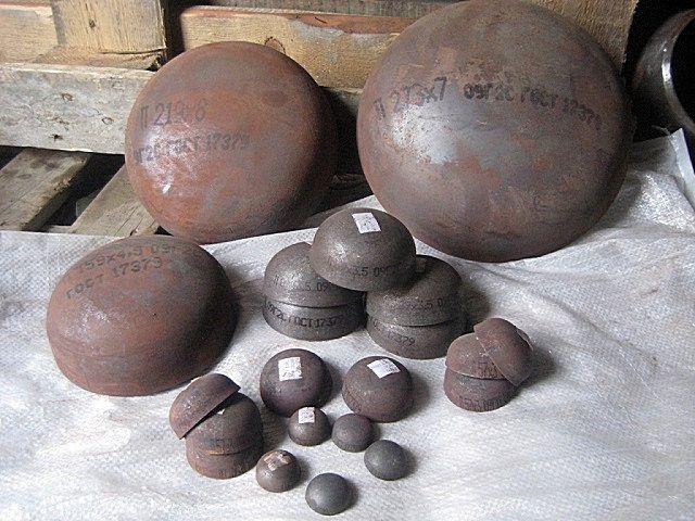 Такие сферические заглушки выпускаются к любому диаметру труб. Впрочем, некоторые матера предпочитают глушить трубы просто стальными пластинами.