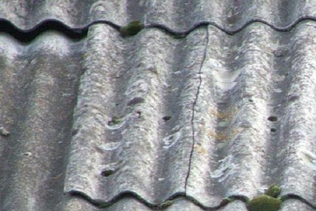 «Коряво», с перекосами или напряжением уложенные листы шифера однозначно долго не прослужат