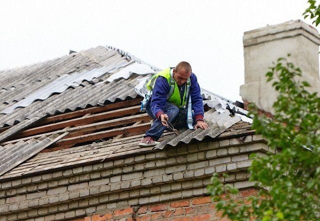 Демонтаж старого поврежденного шифера необходимо проводить крайне аккуратно, чтобы случайно не испортить оставшиеся на крыше целые листы