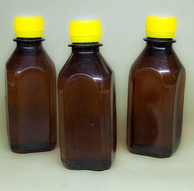 Универсальный клей «Эмалит» изготавливается на основе ацетона и нитроцеллюлозы.